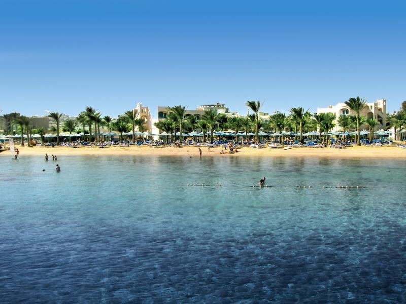 flachabfallen in das Meer - Sandstrand direkt am Hotel