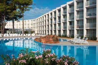 Pool und Blick auf das Hotel